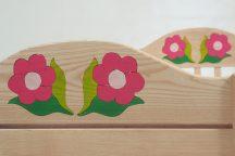 Gyerekágy fejénél dísz nélküli, lábánál 2 virág motívummal